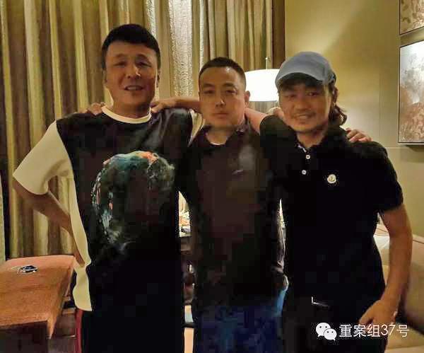 王宝强最新照片曝光:与刘国梁搭肩露齿笑