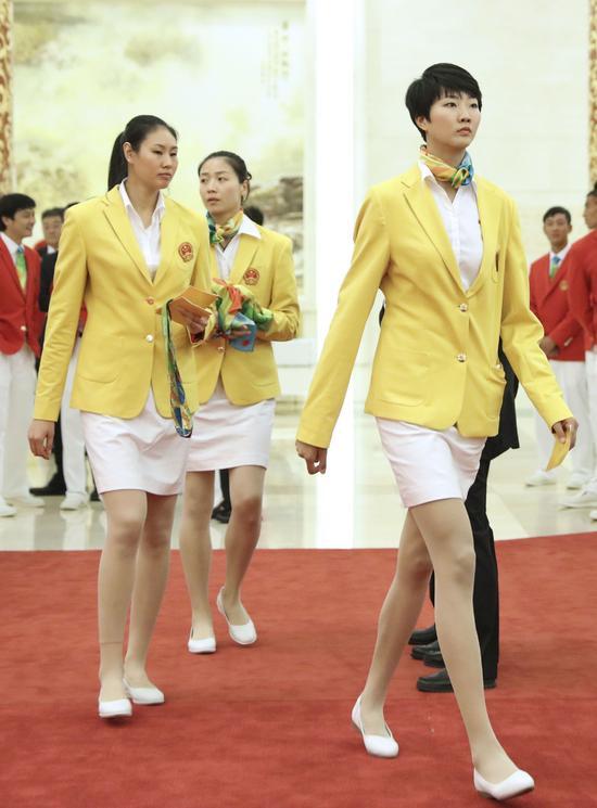 女排姑娘们穿上裙子 才知道她们腿有多长(组图)