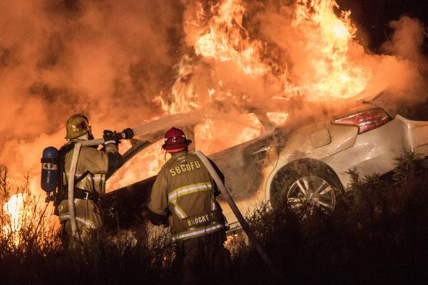 美加州一嫌犯枪杀警察逃跑 车起火后烧死