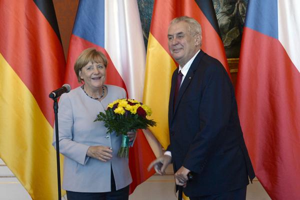 默克尔获捷克总统赠献花 笑容满面