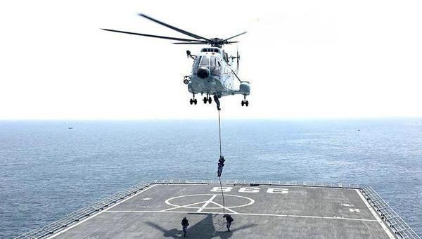 海军陆战队员乘直升机海上滑降