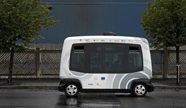 芬兰呆萌无人驾驶巴士测试 没有司机开车你敢上?