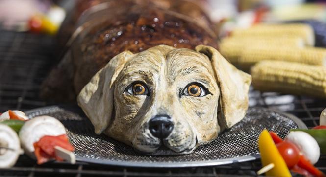 """英国动物保护组织伦敦广场""""烤狗""""呼吁民众吃素"""