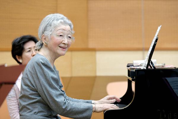日本美智子皇后演奏钢琴 尽展优雅姿态