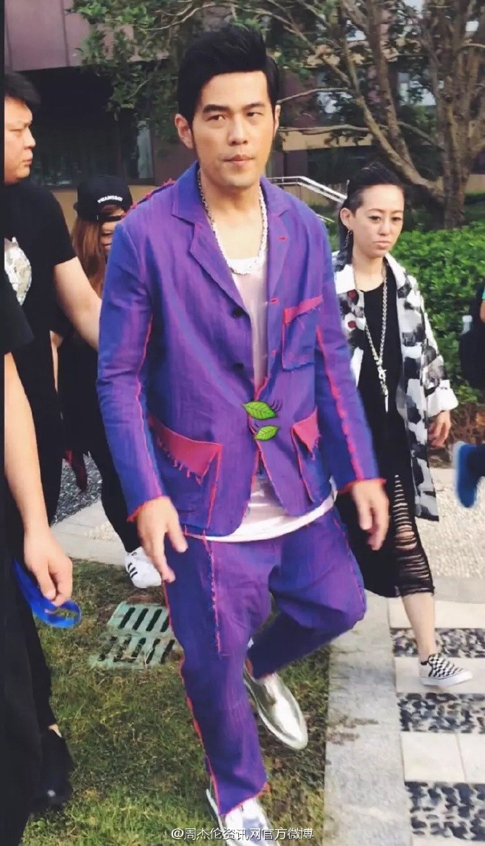 画风清奇!周杰伦一身紫变葫芦娃