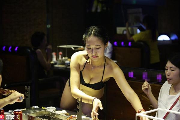 最香艳餐厅!海口餐厅美女服务员穿比基尼点单