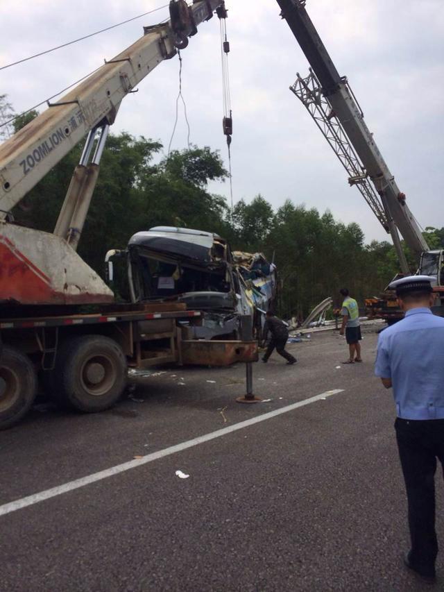 广昆高速一辆荷载47人的客车翻车 已致10人死亡