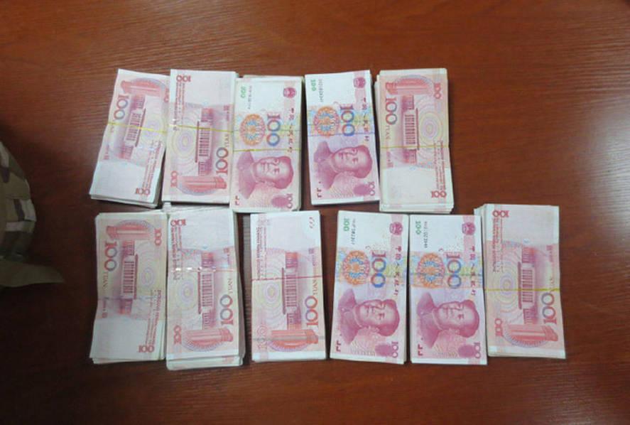 深圳男子把11叠大钞丢车上自己走了