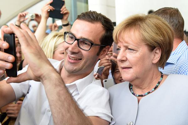 德国政府迎来开放日 默克尔忙与民众自拍