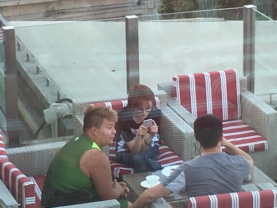 郑爽酒店天台与友喝下午茶 不见倾城一笑