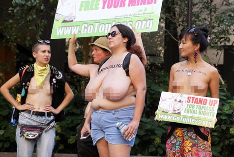 """纽约妇女参加""""无上装日""""游行活动"""