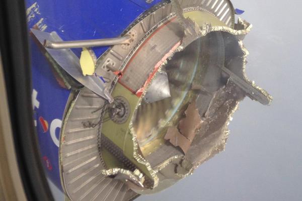 美国西南航空客机一引擎空中爆炸 零件空中乱飞