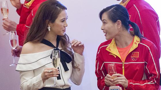 奥运代表团赴港晚宴:阔太露香肩斗艳吴敏霞