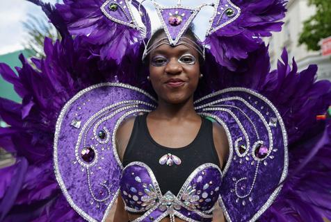 英国诺丁山狂欢节开幕 民众街头狂欢