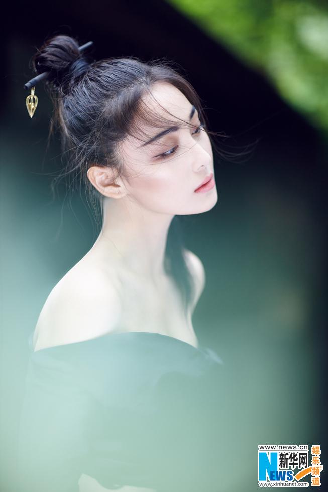 张馨予夏末写真 干练丸子头清透素莲似画中人