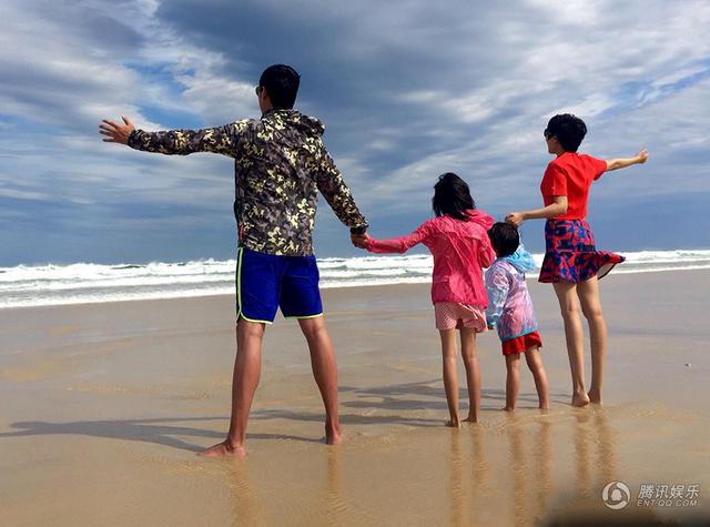 腿长任性 陆毅一家海边随便一站就是风景