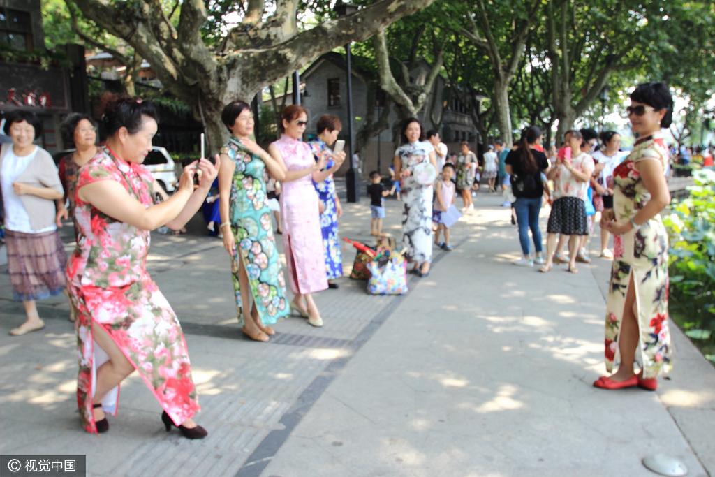 浙江杭州:大妈西湖边秀旗袍迎峰会