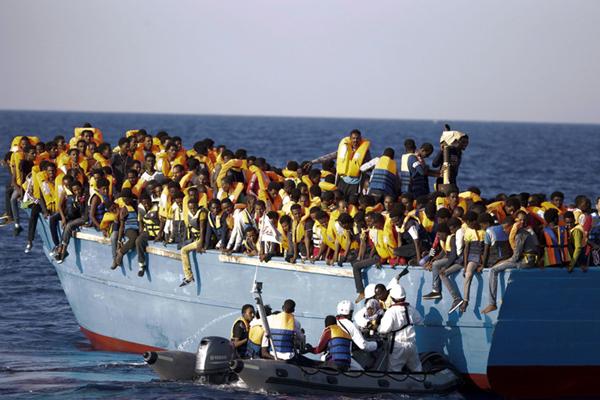 非政府组织半天内在利比亚附近海域救起数千难民