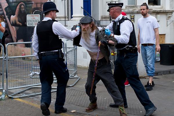 盛会变闹剧 英国诺丁山狂欢节累坏警察