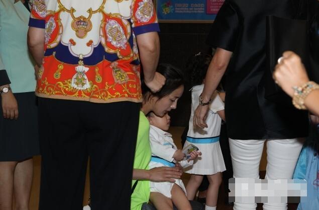 杨幂送小糯米上下学 将暂留香港照顾爱女