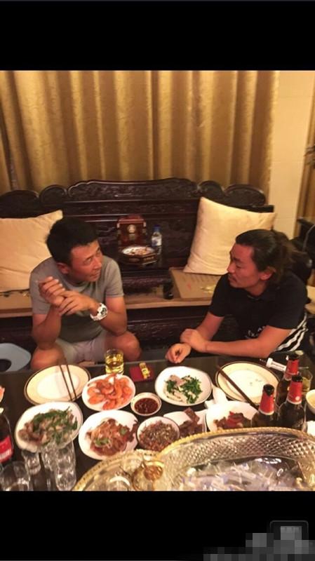 王宝强探望王楠老公 把酒言欢终露笑容