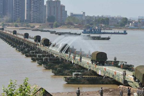 陆军演习半小时内搭1150米钢铁浮桥横跨长江