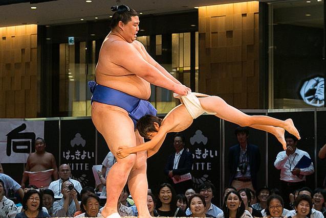 东京举行相扑比赛 小选手与巨人过招