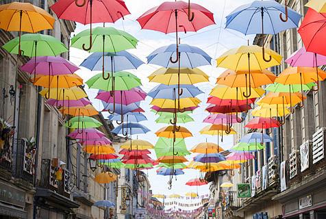 法国小城挂满五彩伞具宛若童话镇