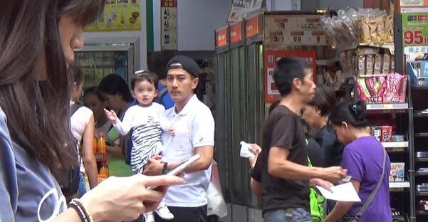 刘恺威接送女儿上下学 2岁小糯米机灵指镜头
