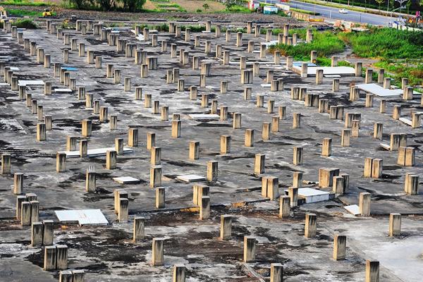 上海一项目烂尾逾十年 千根水泥柱如