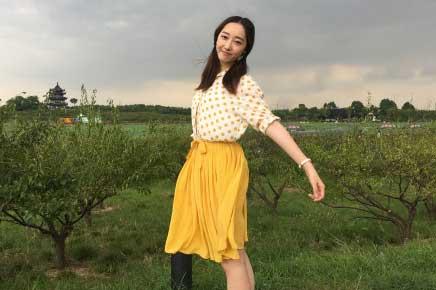 [星娱闻]蒋梦婕森林公园晒照 波点衬衫清新造型惹人爱