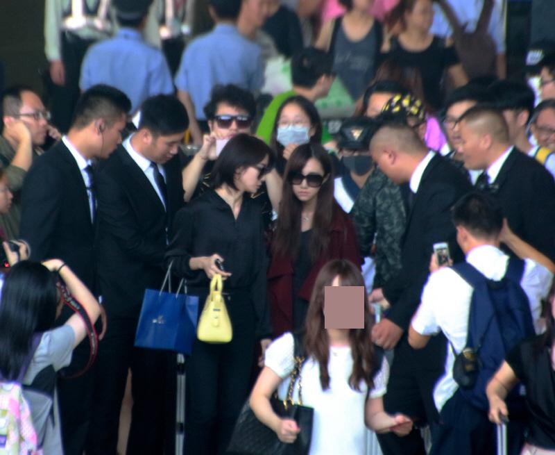 "SNH48西班牙归来 上演机场""时尚秀"""