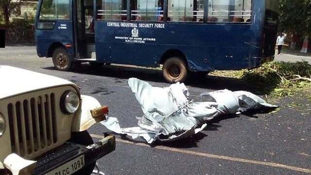 印米格29K副油箱脱落坠入停车场