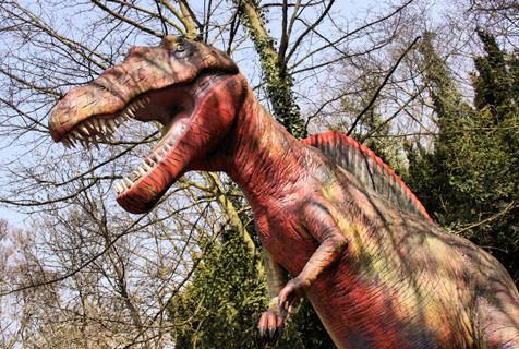 英国废弃公园似现实版侏罗纪公园