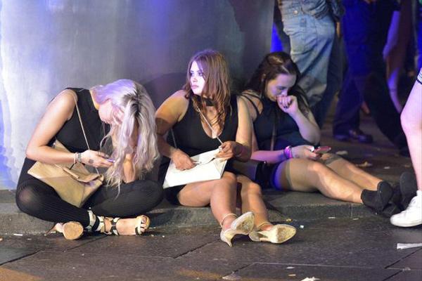 大量醉酒男女现英国街头 东倒西歪醉态百出