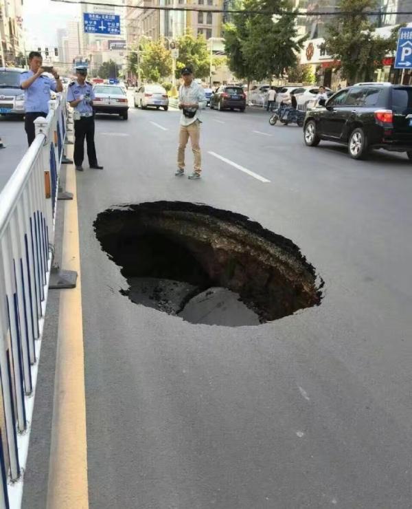 兰州再现塌陷:省政府门口马路发生塌陷