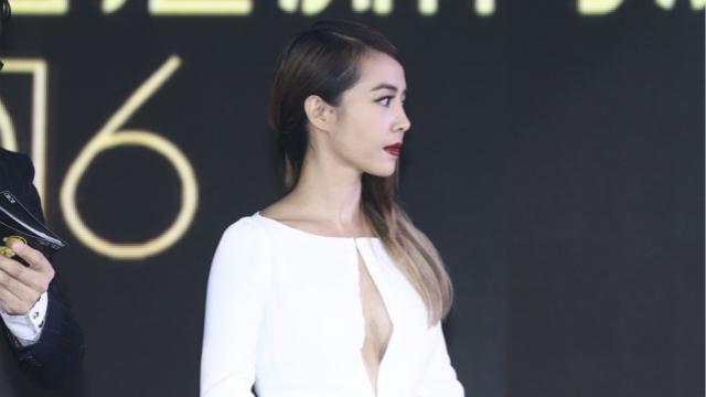 蔡依林白裙变女神红唇魅惑