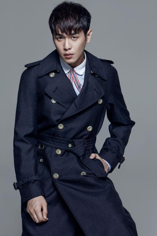 张若昀早秋写真成穿衣范本 复古造型绅士儒雅