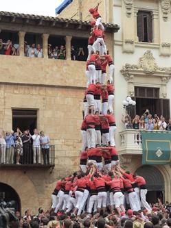 西班牙民众叠人塔庆传统节日