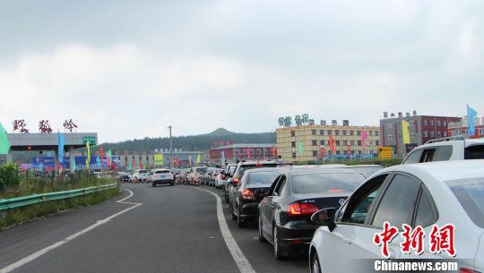 """张北""""草原天路""""现状:交通拥堵 大量垃圾遗留"""