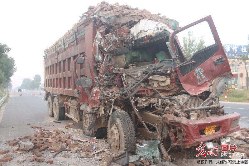 货车凌晨追尾半挂车 面目全非如同灾难大片