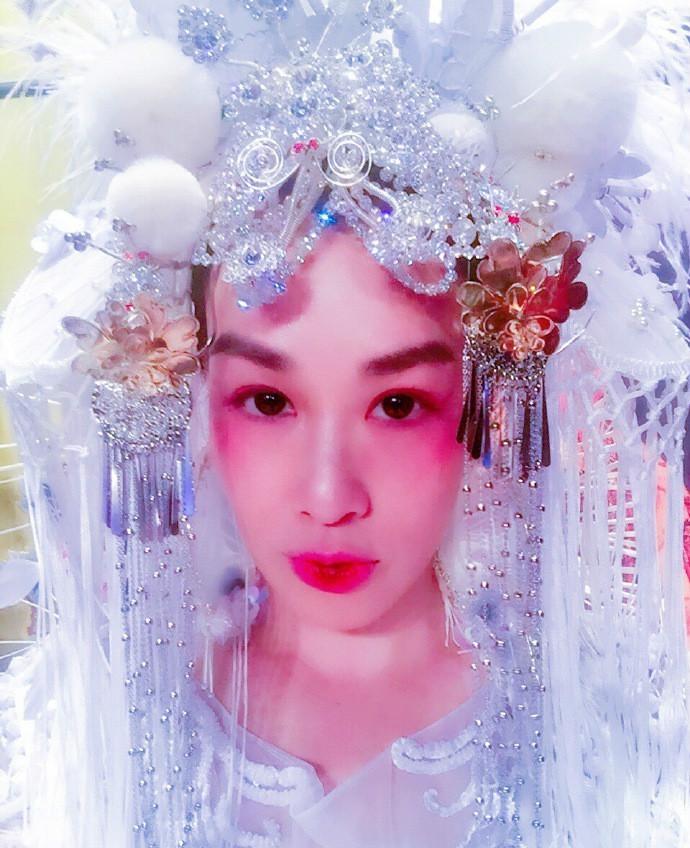 钟丽缇张伦硕拍京剧婚纱照 女方咬唇超性感