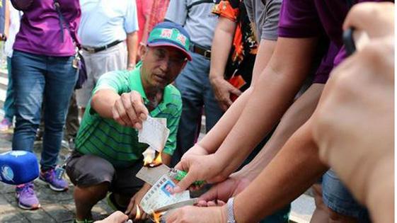 台南渔民痛批蔡当局 退党、烧民进党党证