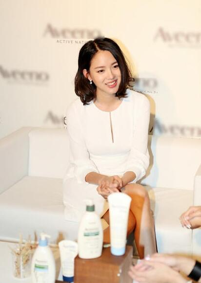 张梓琳着白裙出席活动 真的是太优雅了
