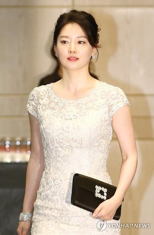 韩女星李英爱出演综艺《唱歌的明星》 现场献唱