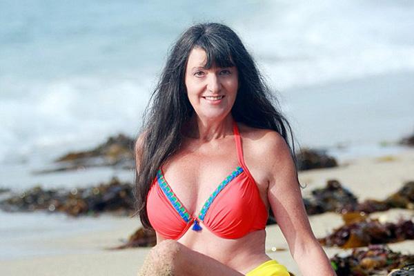 英65岁乐观老太容貌不老 大秀沙滩比基尼照