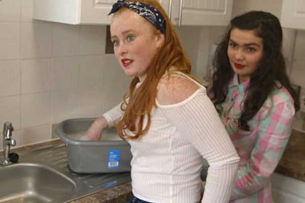 """英纪录片讲述吉普塞儿童生活:女孩11岁辍学当""""主妇"""""""