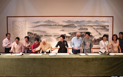 彭丽媛同外方代表团团长夫人参观中国美术学院