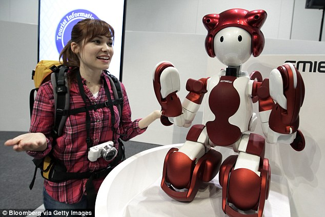日本东京羽田机场使用机器人给游客指路