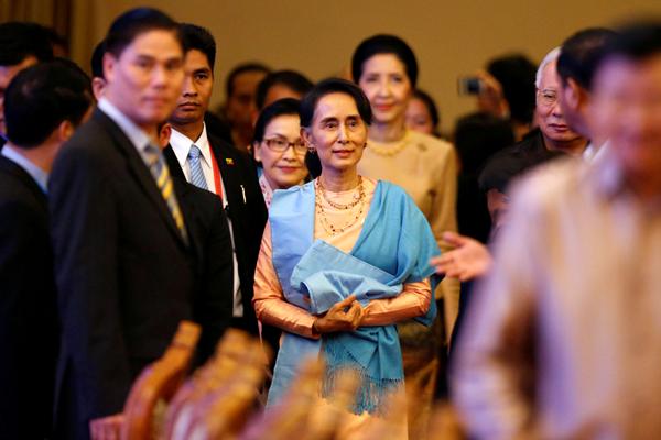 老挝东盟峰会举行欢迎晚宴 昂山素季蓝色披肩优雅吸睛